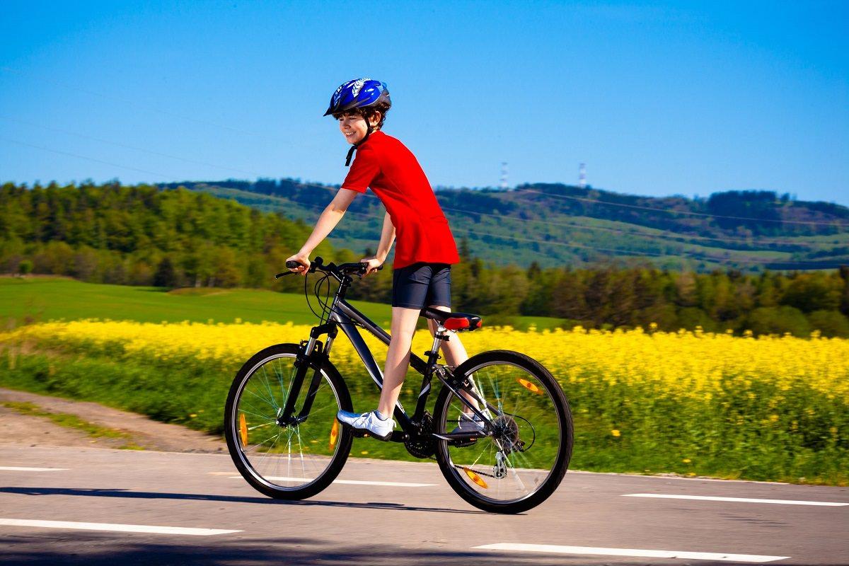 bé đạp xe đạp vào buổi sáng
