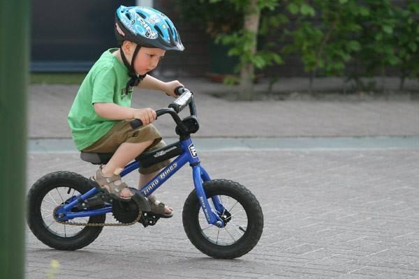 trẻ đạp xe đạp vào chiều tối