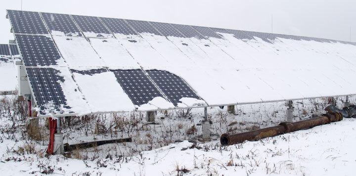 Tấm pin mặt trời được bao phủ bởi tuyết