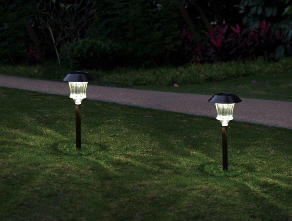 Mẫu đèn cắm cỏ năng lượng mặt trời